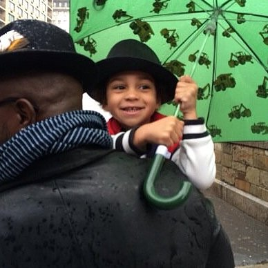 Walker Diggs stayed dry during a rainstorm with his dad, Taye Diggs. Source: Twitter user SingleUrbanDads