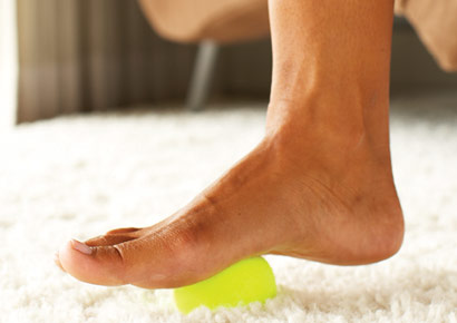 Tennis Ball for Aching Feet For an easy, free mini massage that stretches and soothes your arches, slip off your shoes and roll each foot over a tennis ball, golf ball, or soup can for a minute or two. To cool throbbing feet, roll them over a bottle of frozen water.