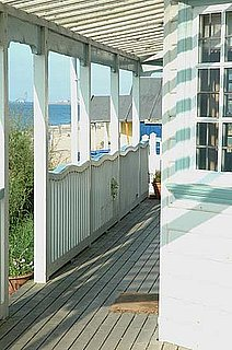 Cool Idea: Wavy Rails on a Beach Shack