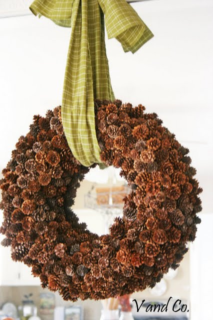 Ucreate helps you to assemble this charming pinecone wreath.