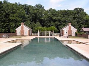 Two cottages flank the pool.