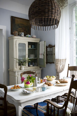 An eclectic mix of dining chairs paired with a cool palette keeps things fresh.