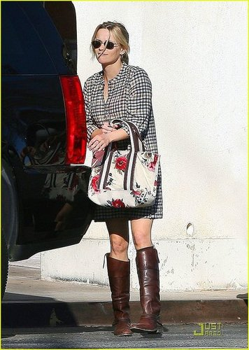 Reese looking so cute shopping