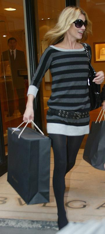 Kate_Moss_candid_shopping_Bond_Street_London_10-24-2006_01
