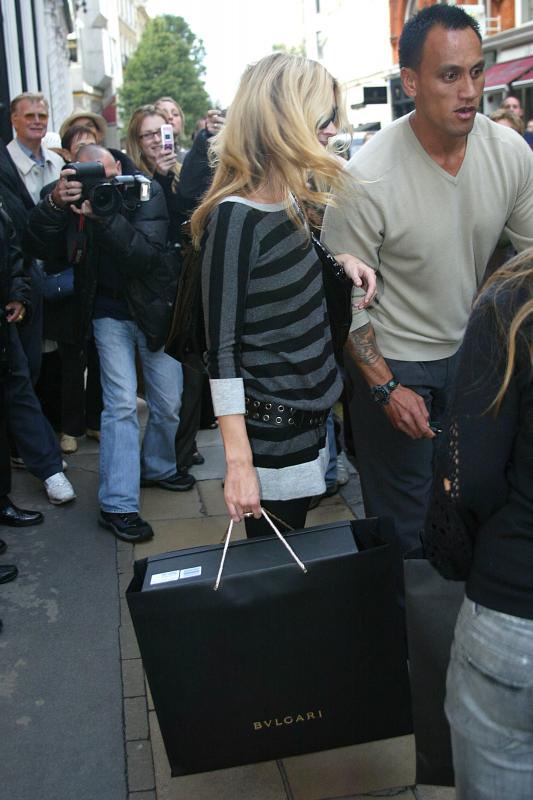 Kate_Moss_candid_shopping_Bond_Street_London_10-24-2006_03