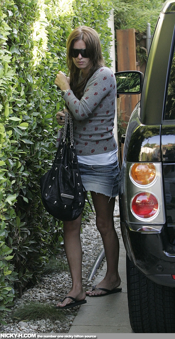 Nicky_Hilton_arrives_home_after_going_to_hair_dresser_003